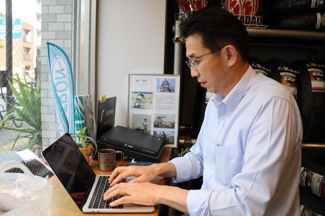 画像: 元証券マンで、昔から旅とツーリングが好きだったと語る木川氏。名刺の肩書きは「ファン創り担当」だ