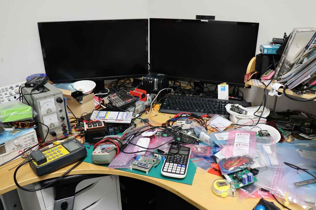 画像: すべてをオリジナルで作りあげる。設計担当者の机上は試作パーツの山