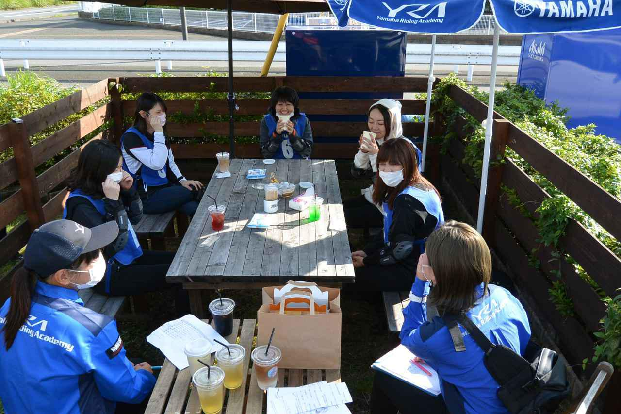 画像: ミニツーリング中に立ち寄ったおしゃれなカフェで、オリジナルドリンクを楽しみながらバイク女子トークを展開