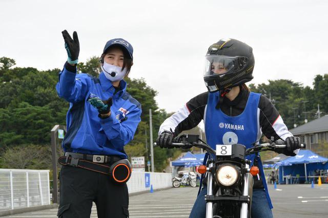 画像: 元全日本モトクロス選手権レディスクラスのトップライダー・伊集院忍さん(写真左側)もYRAインストラクター