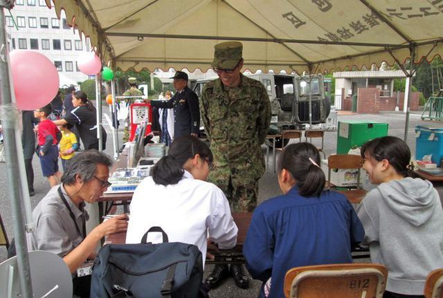 画像4: 大学学園祭で自衛隊PR|山口地本