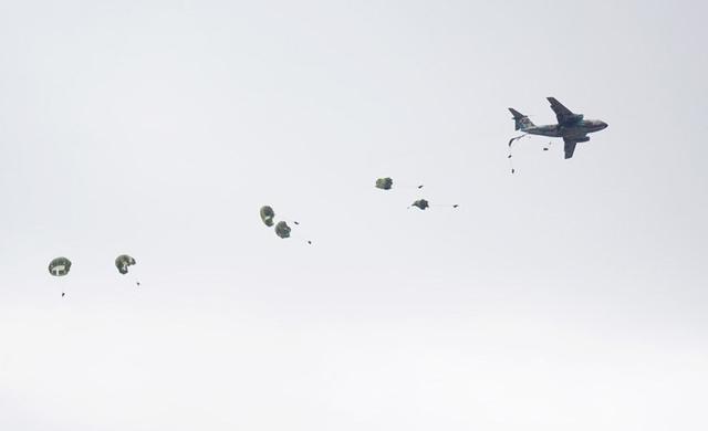 画像7: 1空挺団降下訓練始め 河野防衛大臣も体験|習志野駐屯地