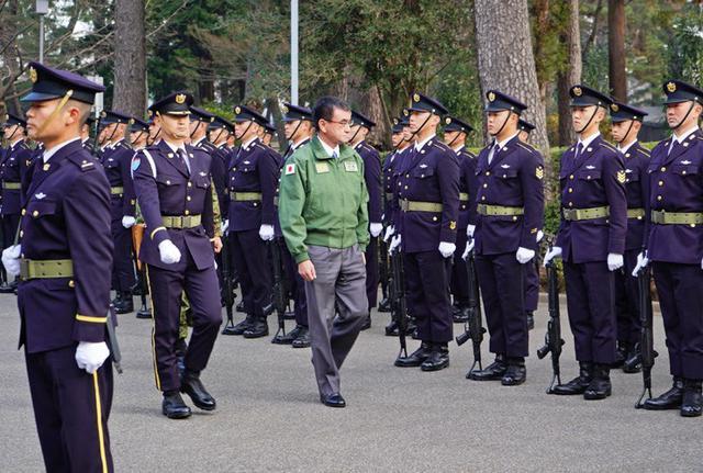 画像1: 1空挺団降下訓練始め 河野防衛大臣も体験|習志野駐屯地
