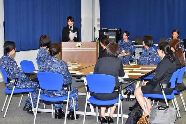 画像4: 「女性の活躍推進」銀行員と意見交換|海自八戸航空基地