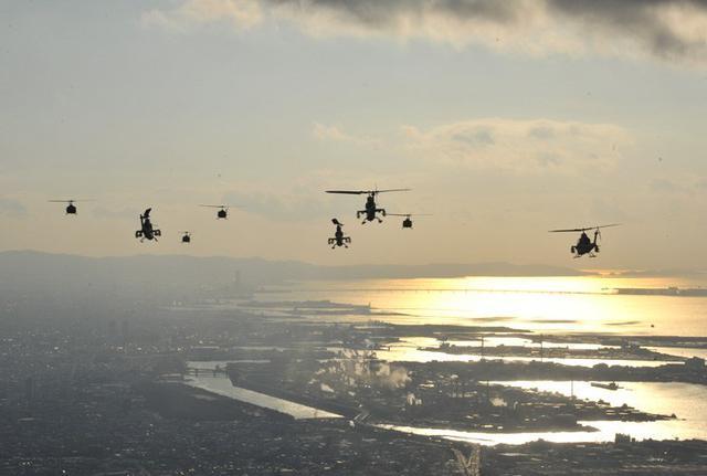 画像4: ヘリ13機、150キロ編隊飛行|八尾駐屯地