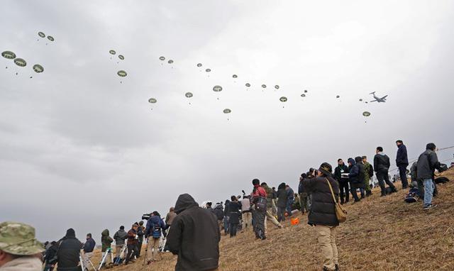 画像9: 1空挺団降下訓練始め 河野防衛大臣も体験|習志野駐屯地