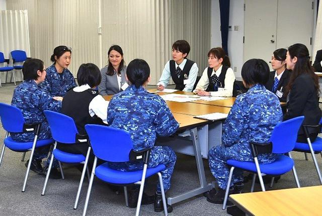 画像1: 「女性の活躍推進」銀行員と意見交換|海自八戸航空基地