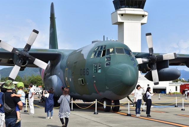 画像1: 迷彩柄のC130H輸送機も展示|高知地本