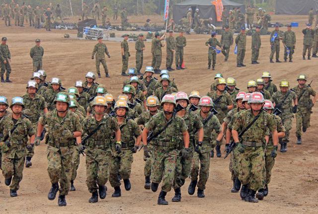 画像1: 武装走競技会 780人激走|陸自5旅団