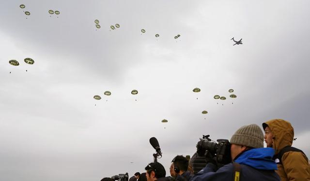 画像8: 1空挺団降下訓練始め 河野防衛大臣も体験|習志野駐屯地