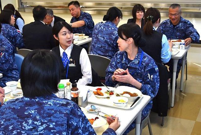 画像2: 「女性の活躍推進」銀行員と意見交換|海自八戸航空基地