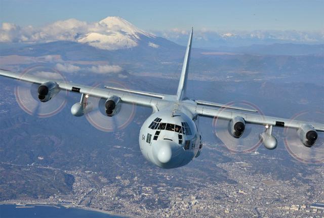 画像1: 富士山を背に初飛行訓練|海自61航空隊
