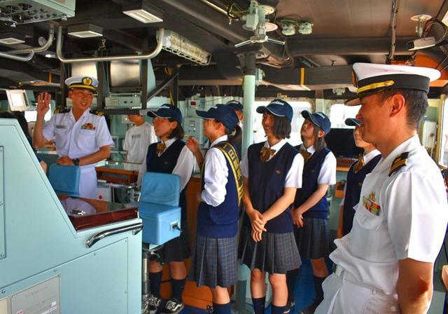 画像1: 掃海艇はつしま公開、女子高生が1日艇長|岩手地本