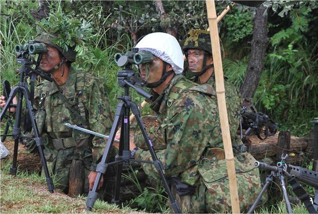画像4: 実射撃訓練を検閲|海田市駐屯地