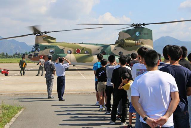 画像1: ヘリ体験搭乗に170人|空自防府北基地