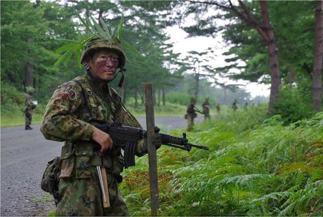 画像2: 実射撃訓練を検閲|海田市駐屯地