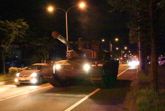画像1: 釧路市街で初めて戦車機動訓練|陸自7師団