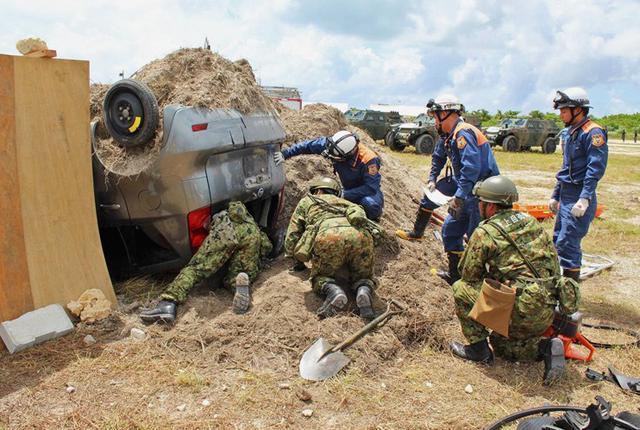 画像1: 地震想定の防災訓練に隊員200人|陸自15旅団