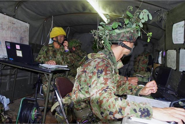 画像6: 実射撃訓練を検閲|海田市駐屯地