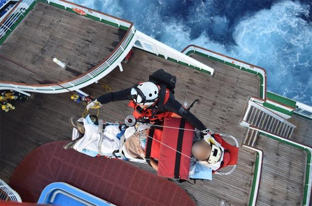 画像1: 航海中の客船から患者を緊急搬送|海自21空群