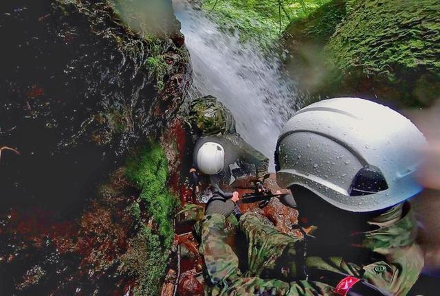 画像4: 遊撃訓練の一環で山地潜入|陸自冬季戦技教育隊