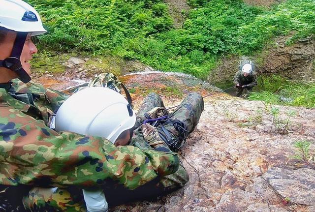 画像2: 遊撃訓練の一環で山地潜入|陸自冬季戦技教育隊