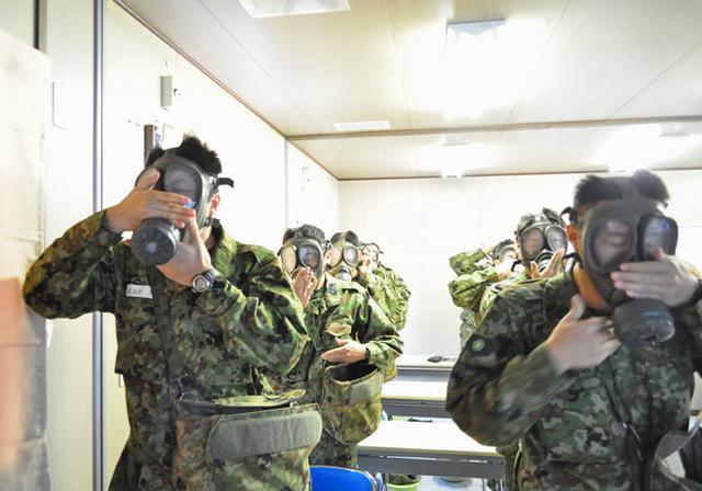 画像3: 自衛官候補生、催涙ガス体験|青森駐屯地