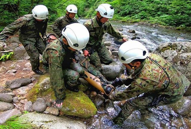 画像3: 遊撃訓練の一環で山地潜入|陸自冬季戦技教育隊