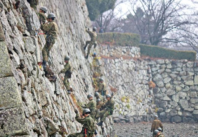画像3: 「姫路城クリーン作戦」に隊員500人|姫路駐屯地