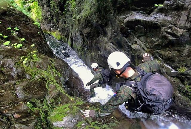 画像1: 遊撃訓練の一環で山地潜入|陸自冬季戦技教育隊