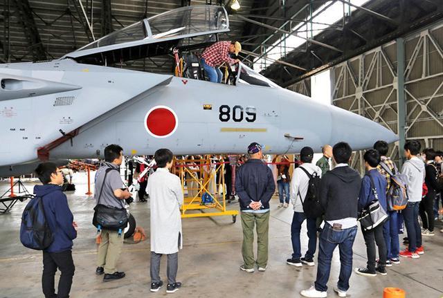 画像: 中高生や大学生が戦闘機見学|空自千歳基地