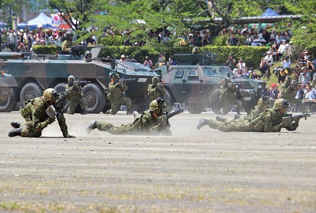画像1: 記念行事で迫力の模擬戦闘|板妻駐屯地