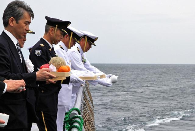 画像1: 洋上追悼式で戦没・殉難者を慰霊|福岡地本