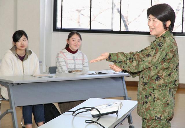 画像1: 女性限定見学会で女性駐屯地司令が講話|岩手地本