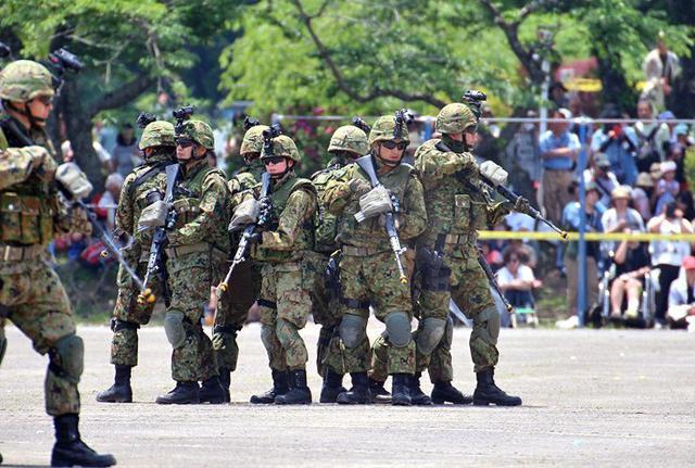 画像6: 記念行事で迫力の模擬戦闘|板妻駐屯地