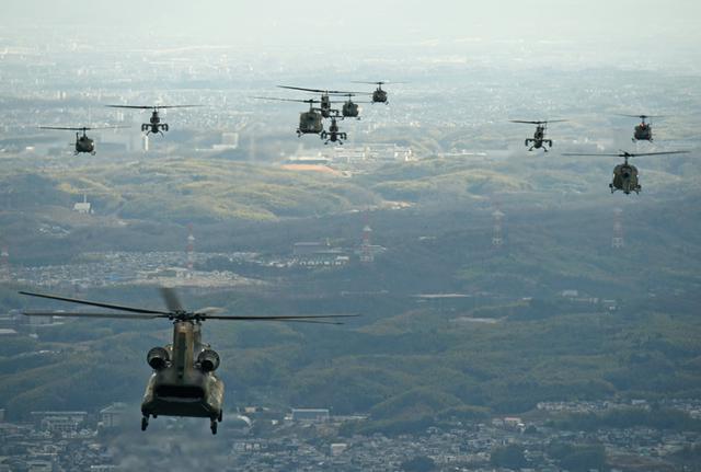 画像1: ヘリ13機、150キロ編隊飛行|八尾駐屯地