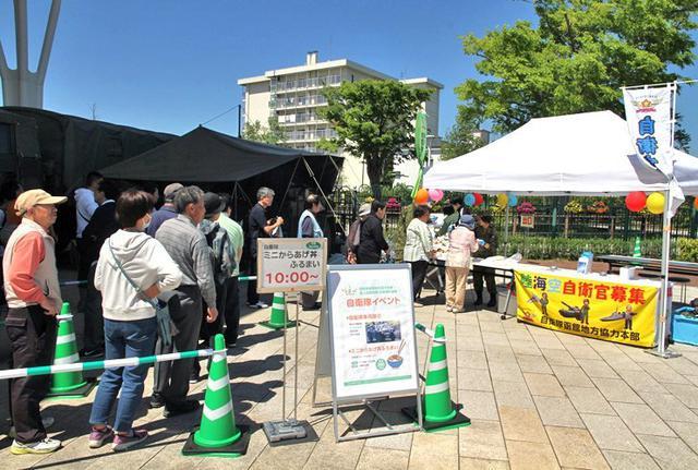 画像2: 競馬場でファンに自衛隊PR|函館地本