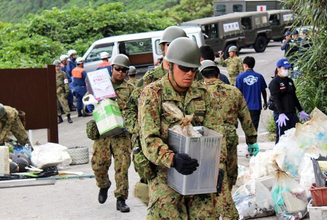 画像3: 廃油ボール回収災害派遣に120人|陸自15旅団