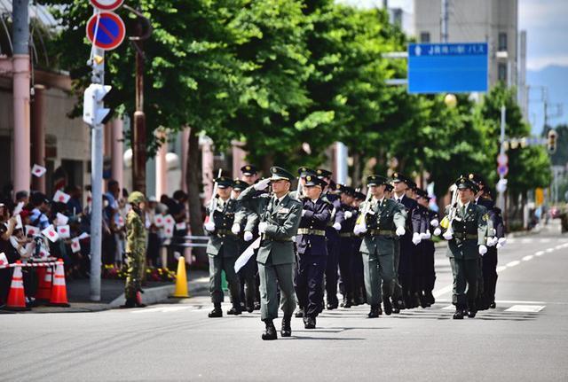 画像3: 市中パレード 沿道に1800人|滝川駐屯地