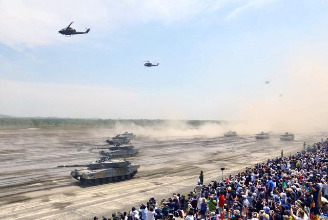 画像1: 陸自最大のパレード披露|陸自7師団