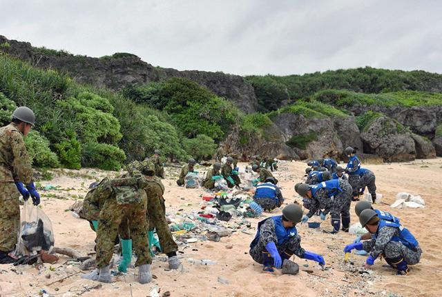 画像1: 廃油ボール回収災害派遣に120人|陸自15旅団