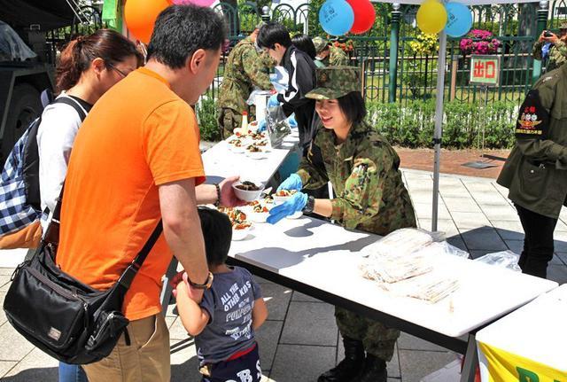 画像3: 競馬場でファンに自衛隊PR|函館地本