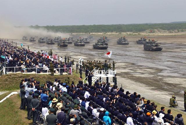 画像3: 陸自最大のパレード披露|陸自7師団