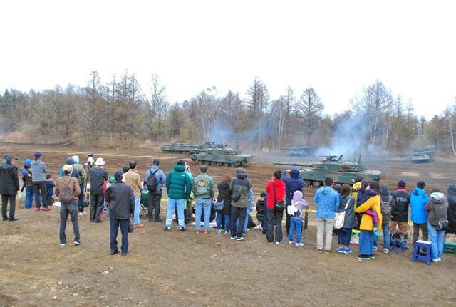画像1: 戦車に見学者800人が歓声|鹿追駐屯地
