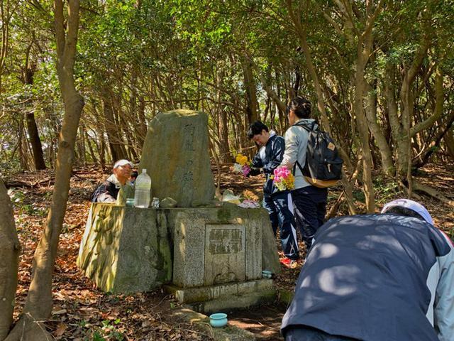 画像2: 空自ヘリ殉難の碑に慰霊参拝|香川地本