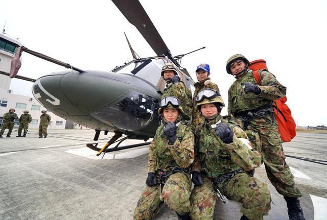 画像1: 女性隊員がヘリコプターから降下|滝ヶ原駐屯地
