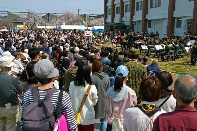 画像3: 桜並木 2.5万人で賑わう|桂駐屯地