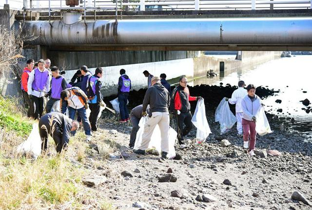 画像3: 登山大会コースの境川を清掃|別府駐屯地