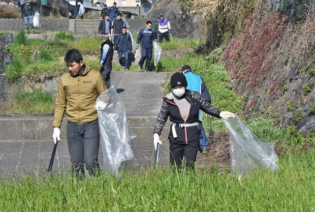 画像4: 登山大会コースの境川を清掃|別府駐屯地