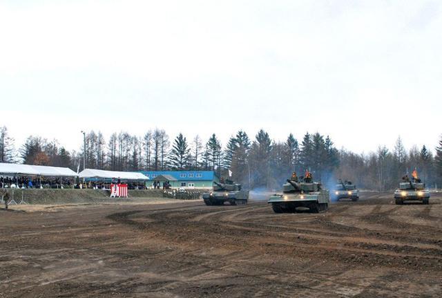 画像2: 戦車に見学者800人が歓声|鹿追駐屯地